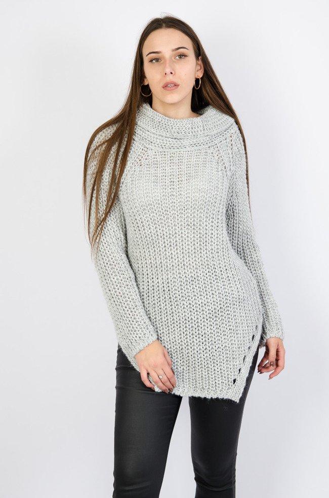 Szary sweter z golfem oraz asymetrycznym dołem