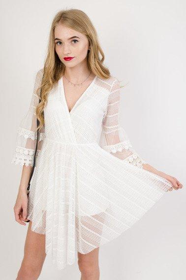 6942c7051b Biała ażurowa sukienka z asymetrycznym dołem oraz dekoltem w serek
