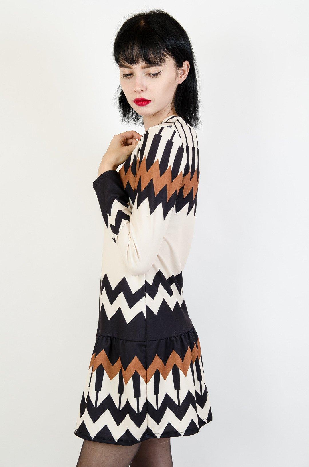 f6f963e78e ... Beżowa sukienka w czarno-brązowe wzory z falbaną na dole ...