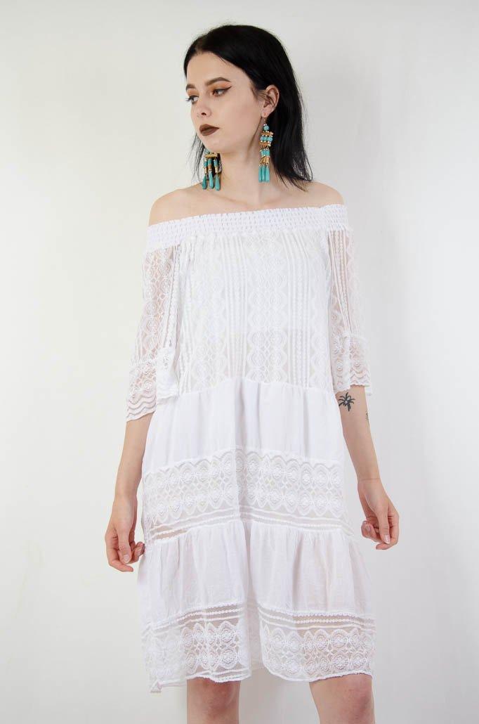6221d14f0f Biała koronkowa sukienka z gumą w dekolcie ...