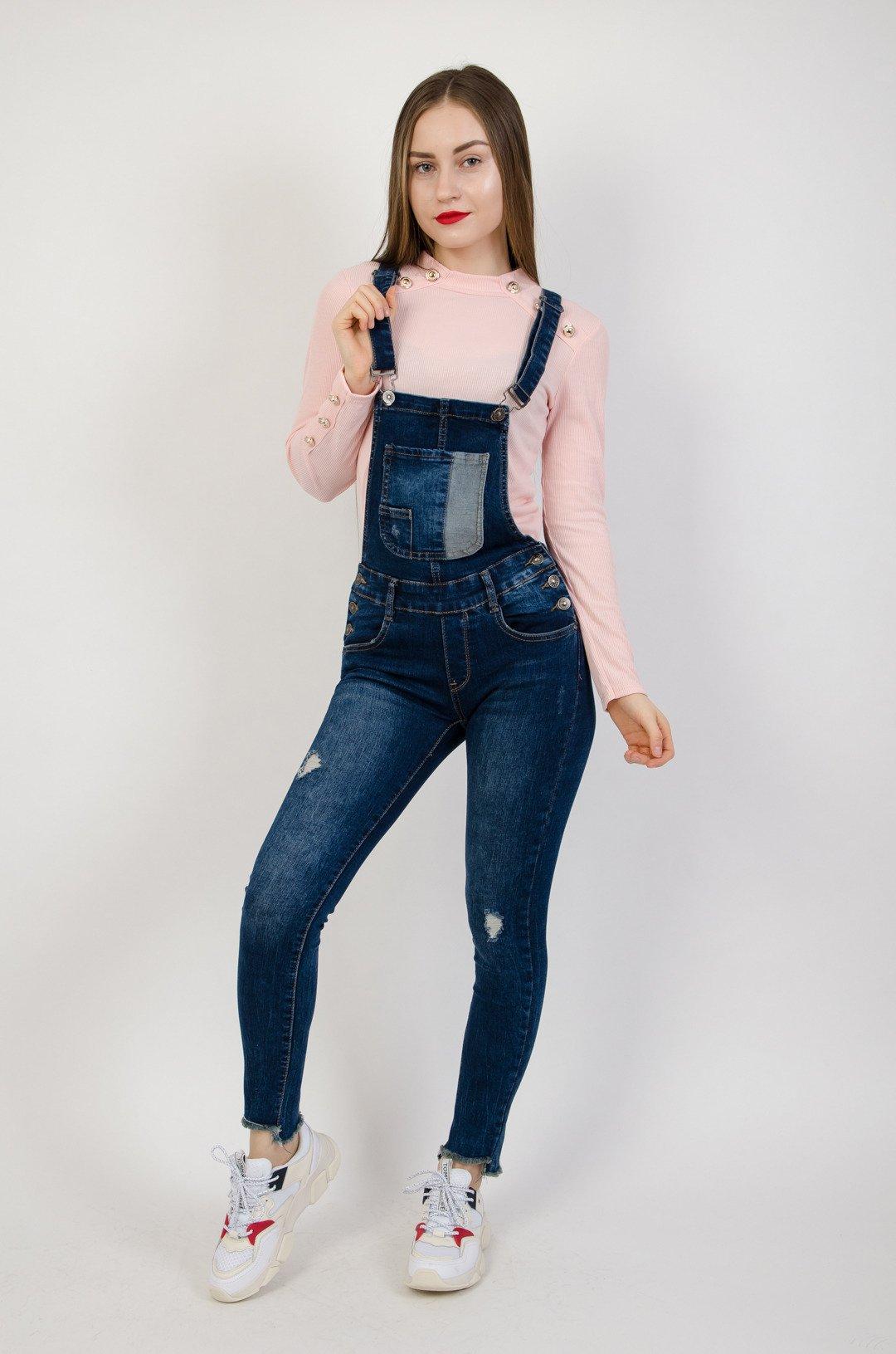 4fec114b0fef73 Ciemne jeansowe ogrodniczki z szarpaniem na dole nogawki   NOWOŚCI KOLEKCJA  \ Spodnie \ Spodnie jeansowe WYPRZEDAŻ % KOLEKCJA \ Spodnie \ Ogrodniczki -  ...