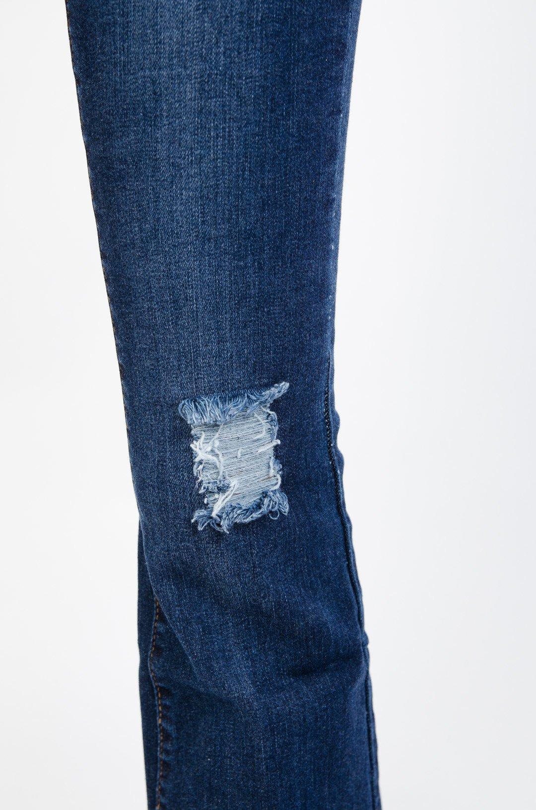 Ciemne spodnie jeansowe dzwony z poszarpaną nogawką
