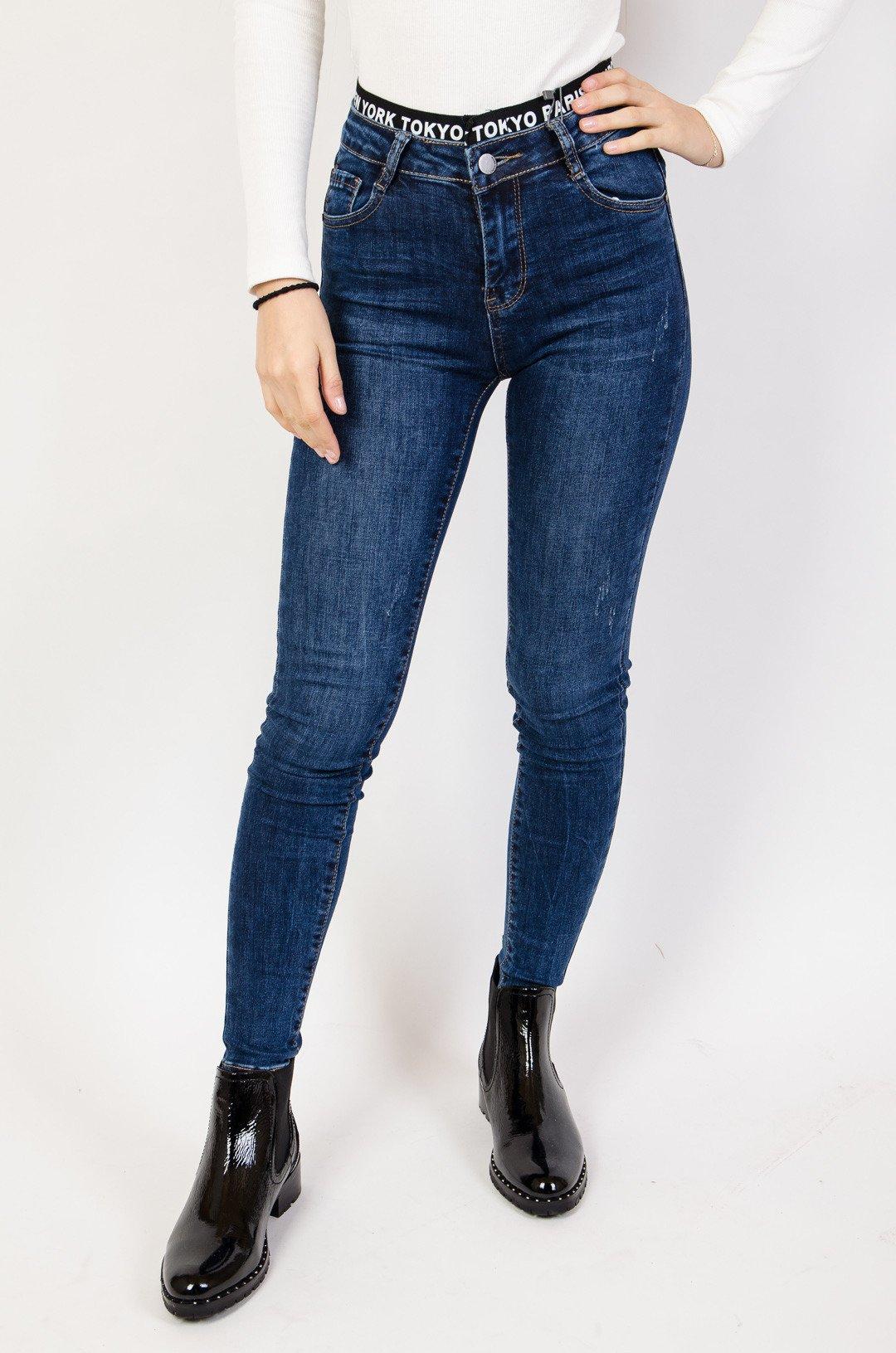 Ciemne spodnie jeansowe z czarną gumą przy pasie