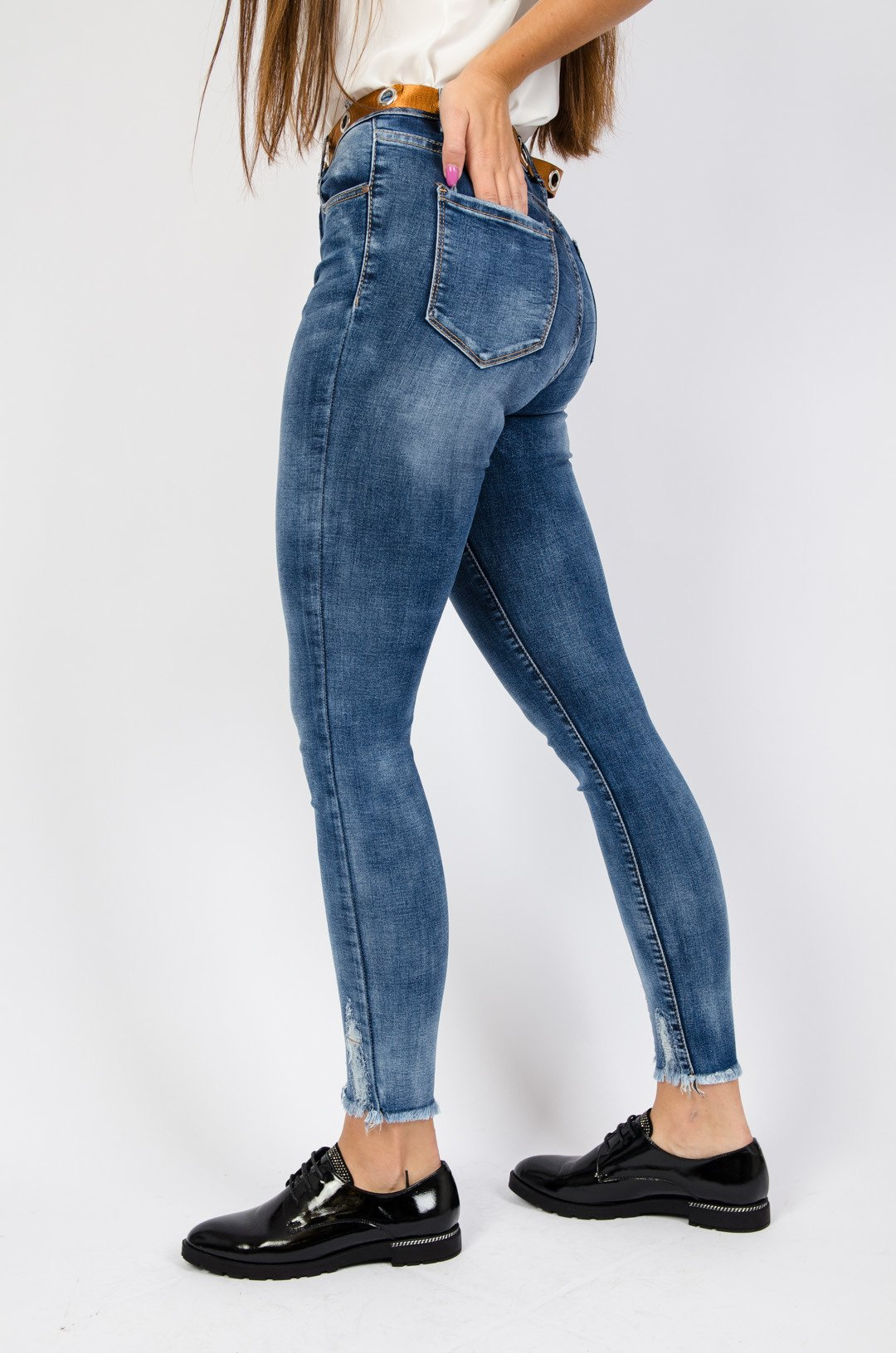 Ciemne spodnie jeansowe z wysokim stanem i szarpaniem na dole nogawki + pasek