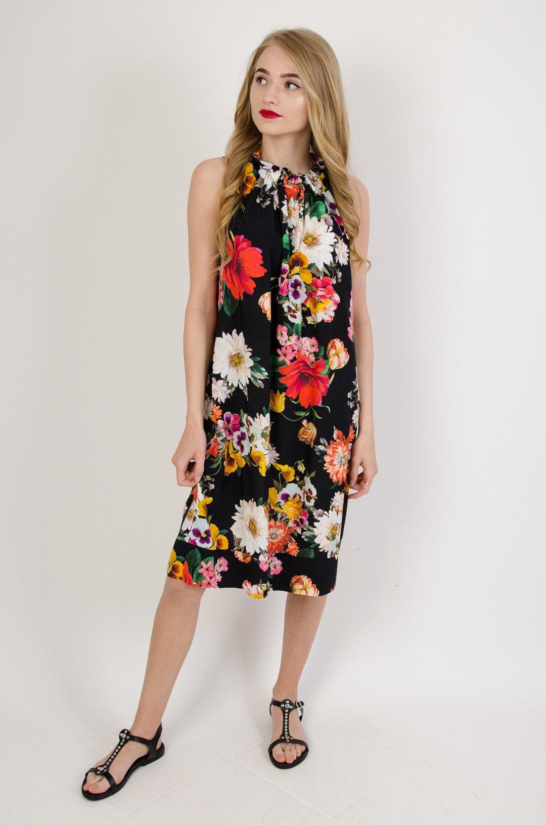 Czarna sukienka w kwiaty wiązana przy szyi