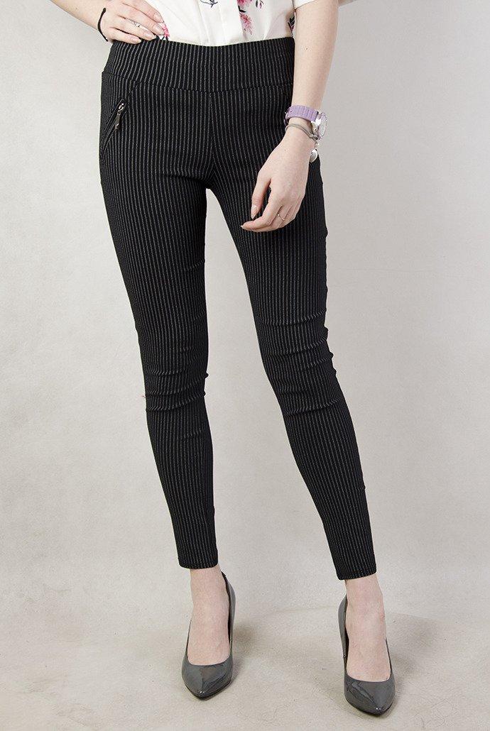 Czarne spodnie w białe paski