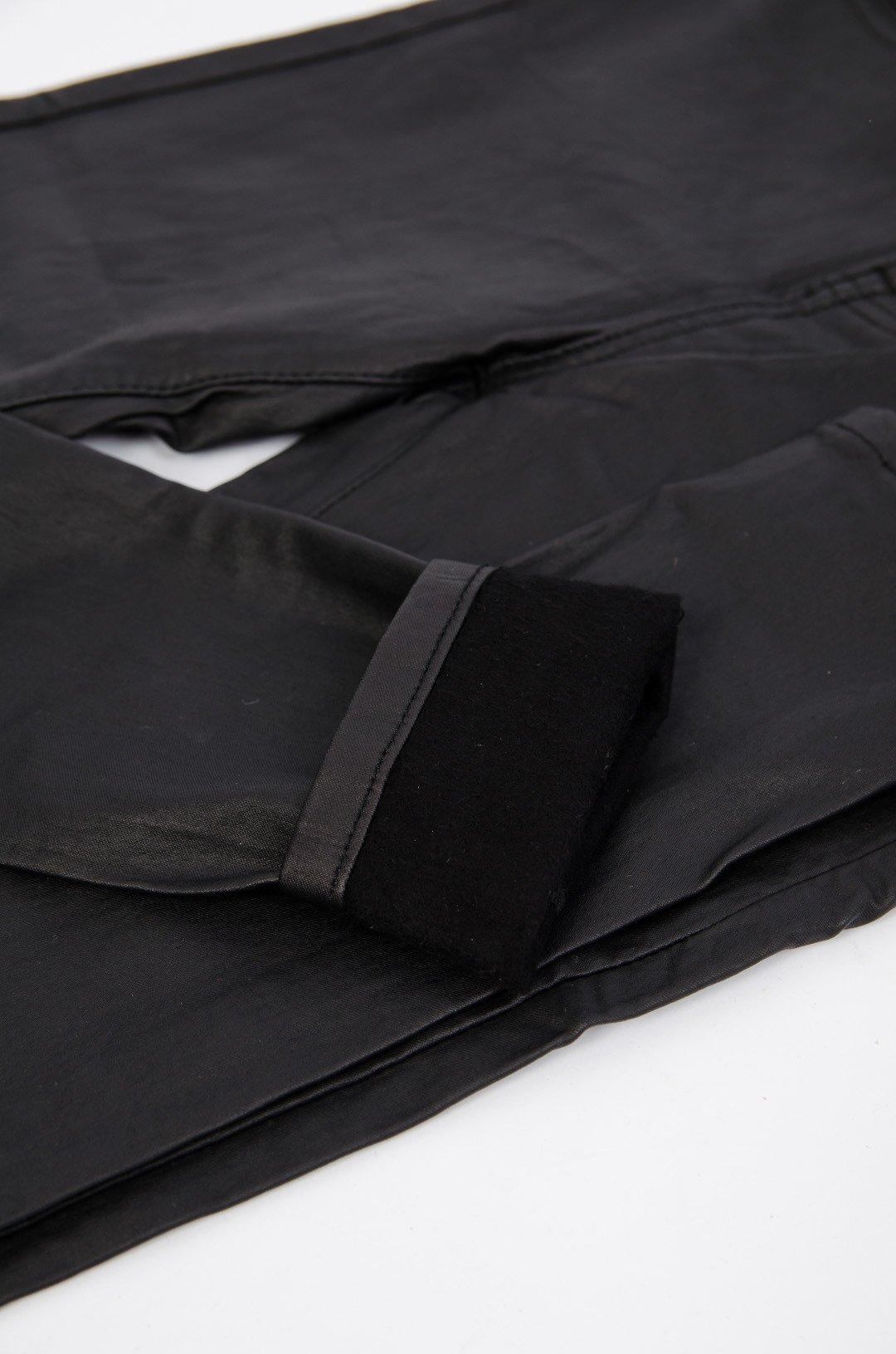 Czarne woskowane spodnie ocieplane plus size z wysokim stanem