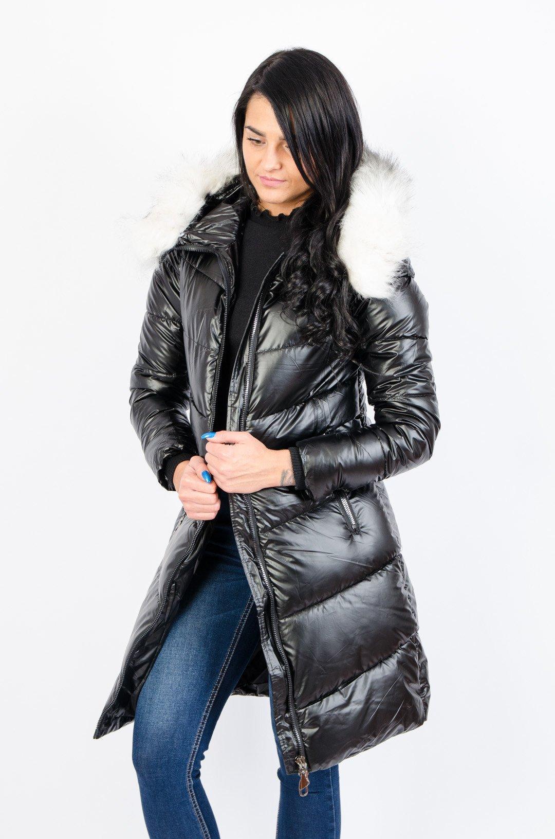 Czarny pikowany płaszcz z futerkiem przy kapturze
