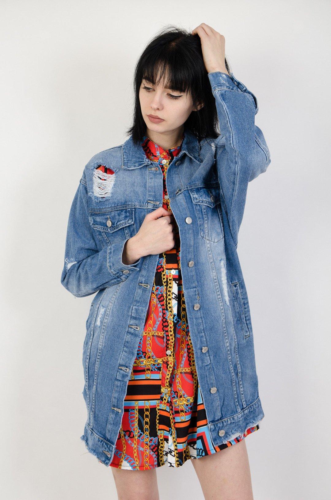 87569772c836 Długa kurtka jeansowa z przetarciami oraz szarpaniem na dole ...