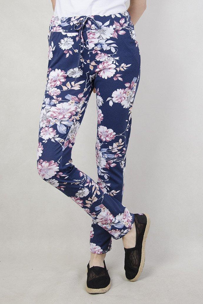 Granatowe spodnie materiałowe w kolorowe kwiaty