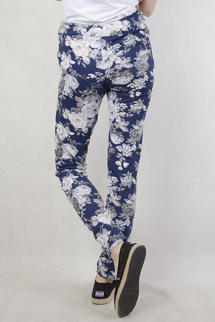 Granatowe spodnie materiałowe w kwiaty