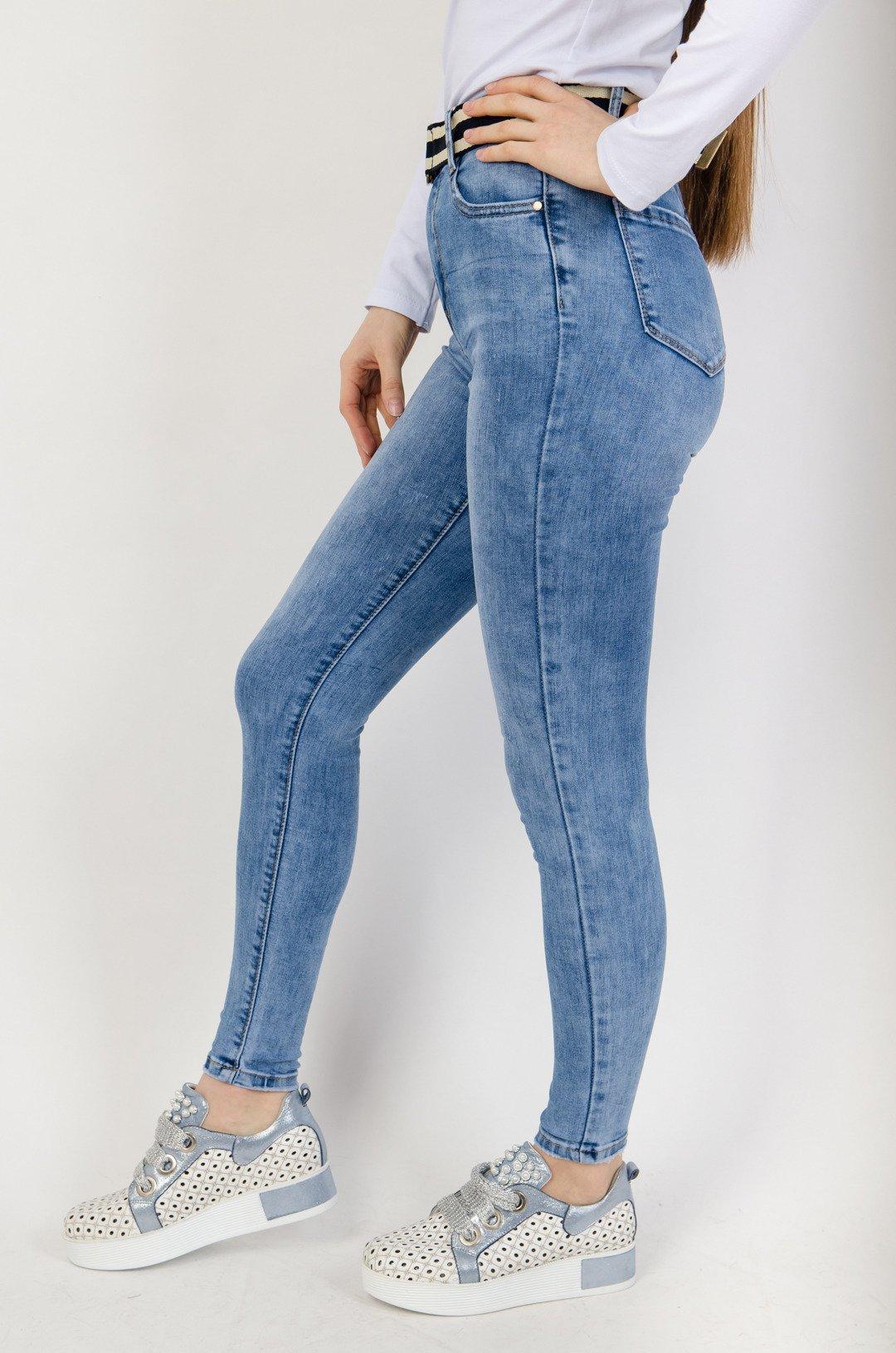 Jasne spodnie jeansowe z wysokim stanem + pasek