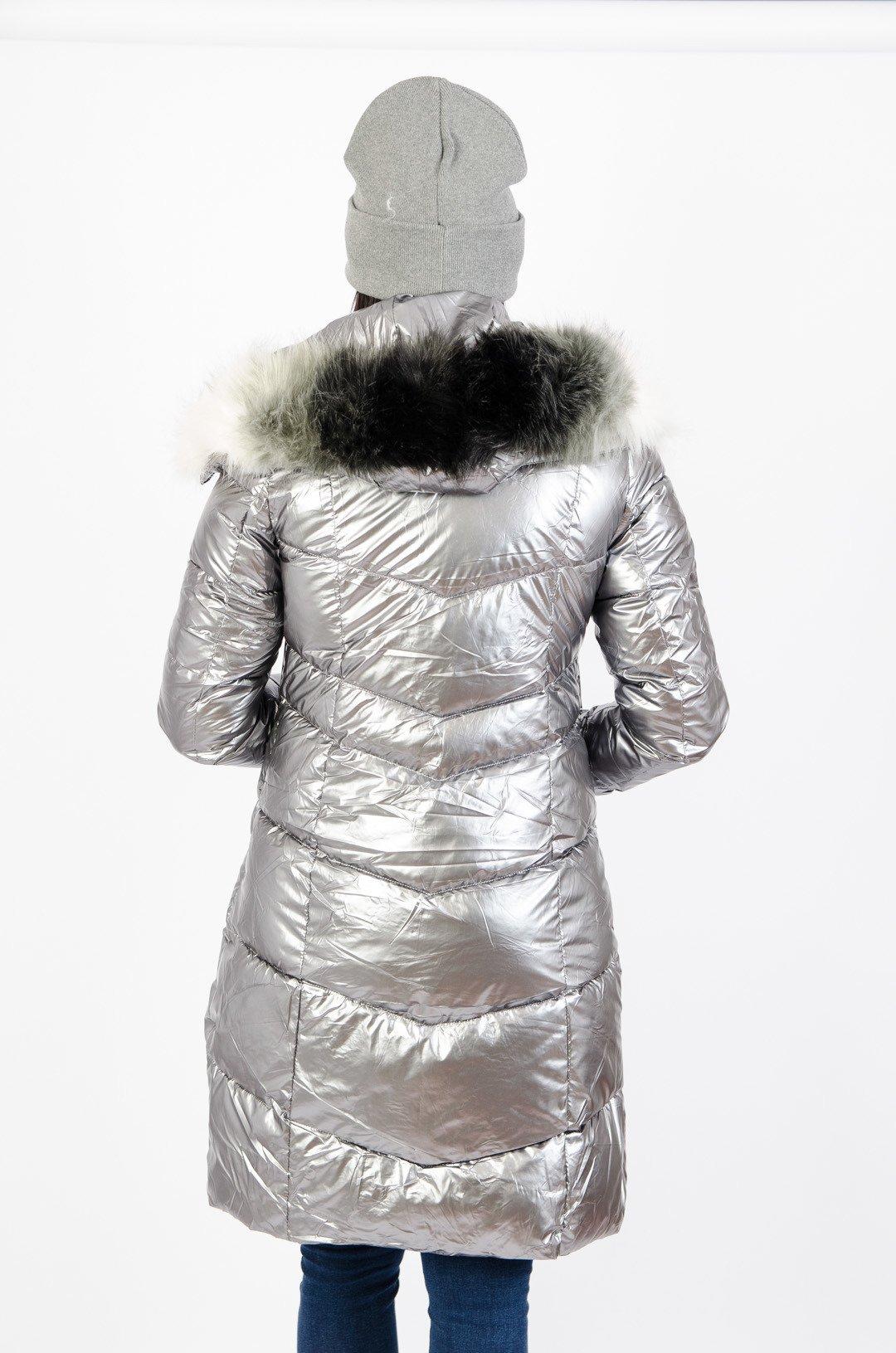 Srebrny pikowany płaszcz z futerkiem przy kapturze
