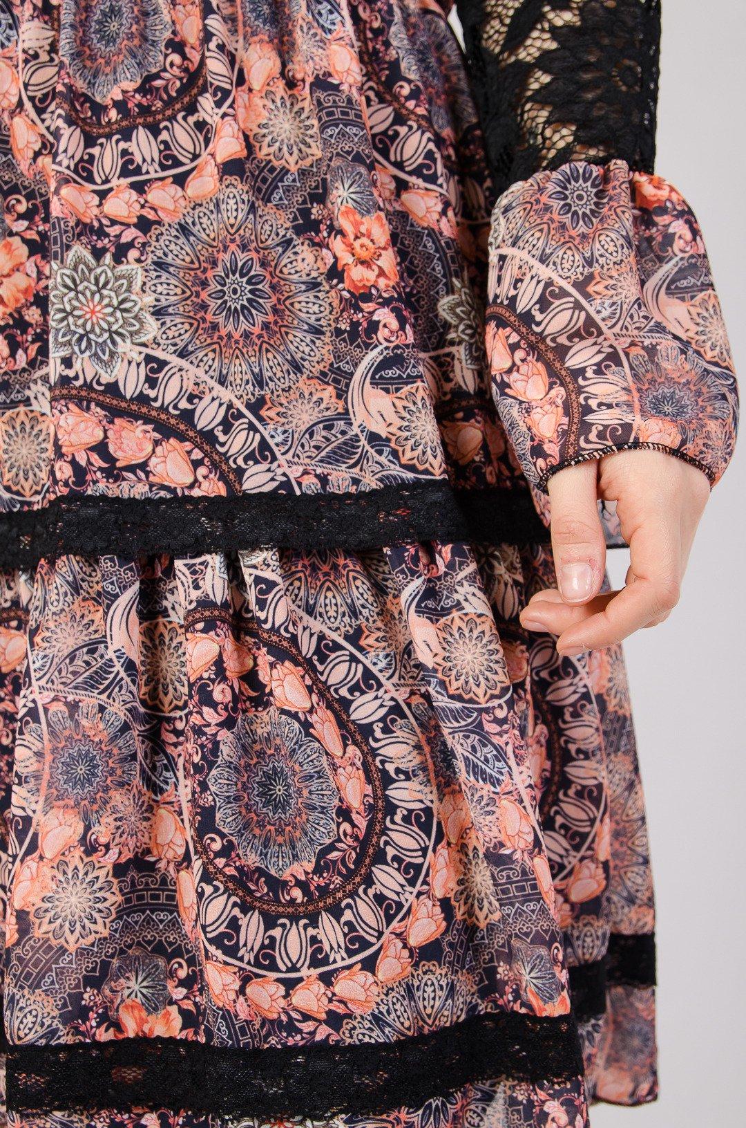 53a4e152cd ... Wzorzysta sukienka z koronkowymi rękawami