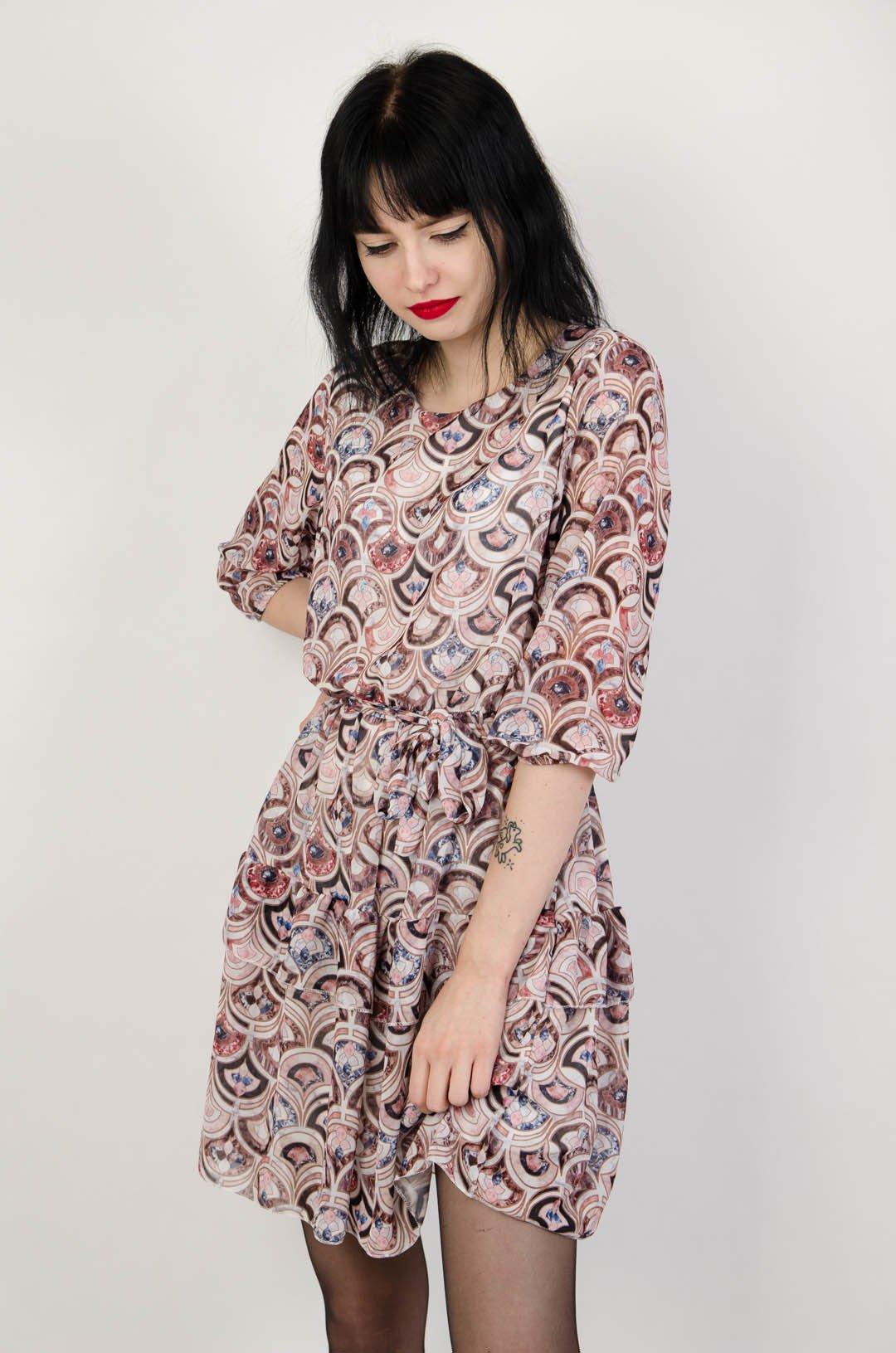 75df962a02 Wzorzysta sukienka z wiązaniem w pasie ...