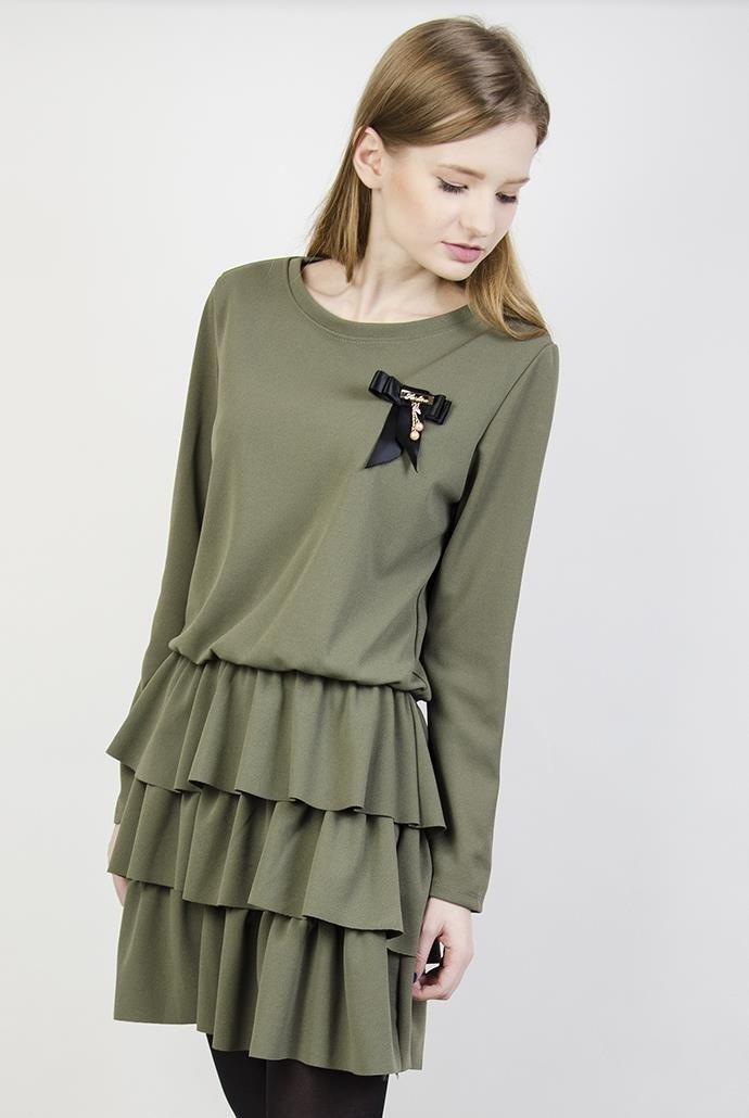 809b44b92b Zielona sukienka z falbankami i broszką ...