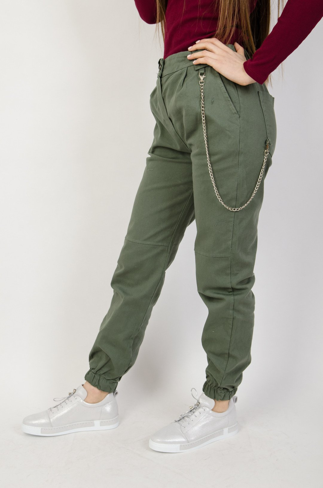 Zielone spodnie joggery z łańcuszkiem