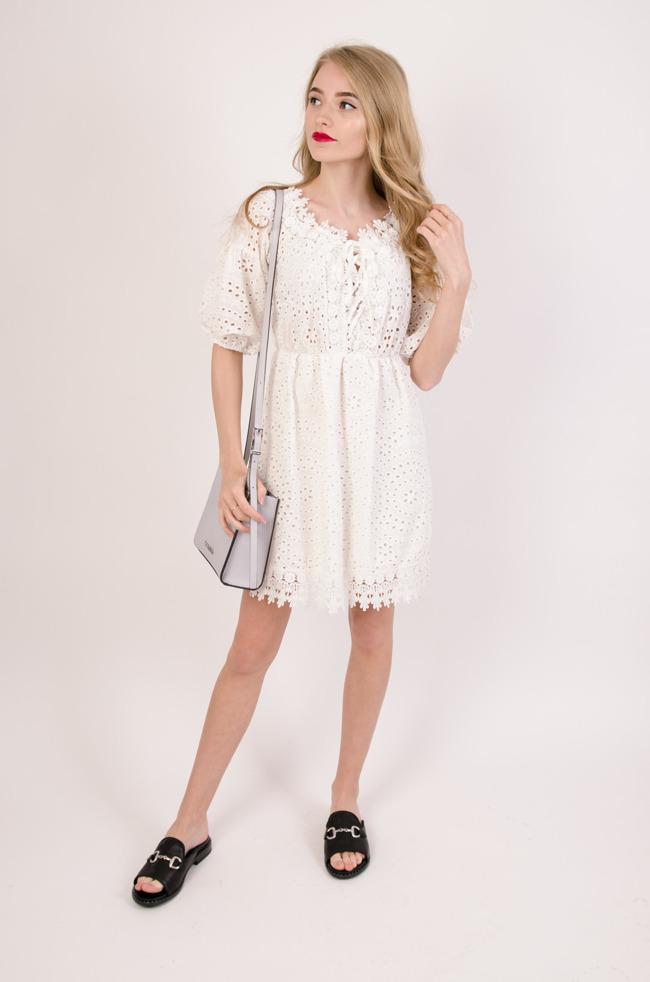 2ee41f4b49 Biała ażurowa sukienka z gumką w pasie i wiązaniem w dekolcie