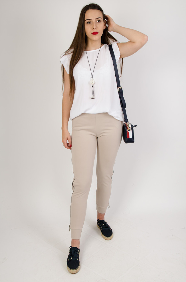 32d690ef7a Biała bluzka z guzikami na plecach + wisiorek
