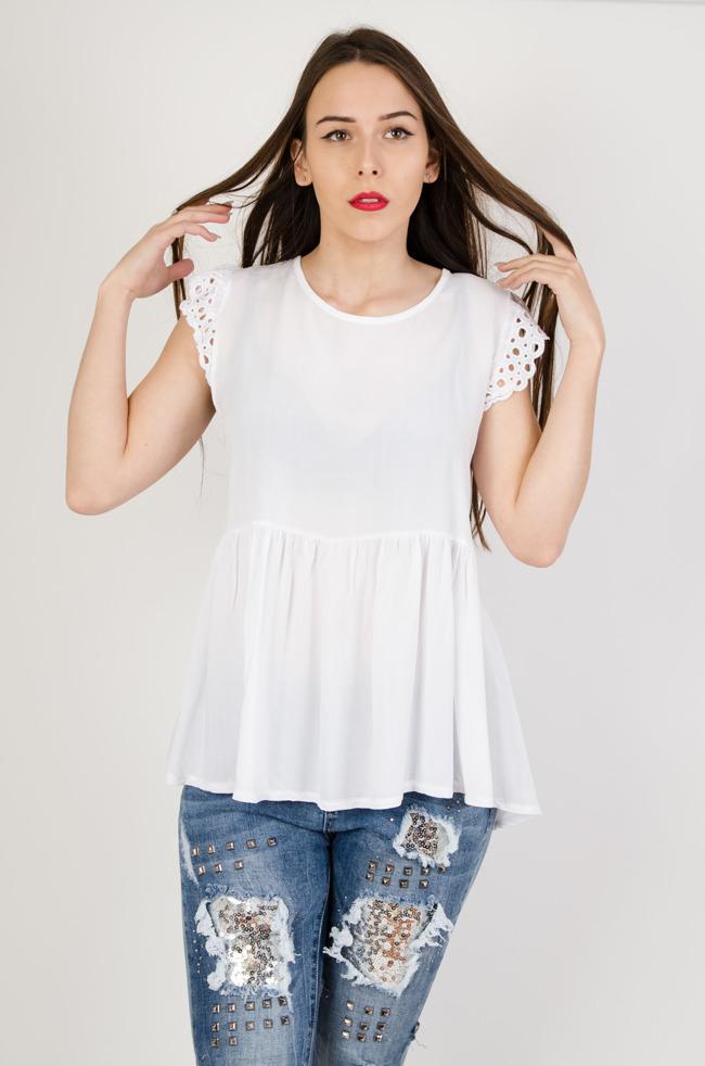 d34d722d6f Biała bluzka z rozszerzanym dołem i ażurowymi rękawami + wisiorek