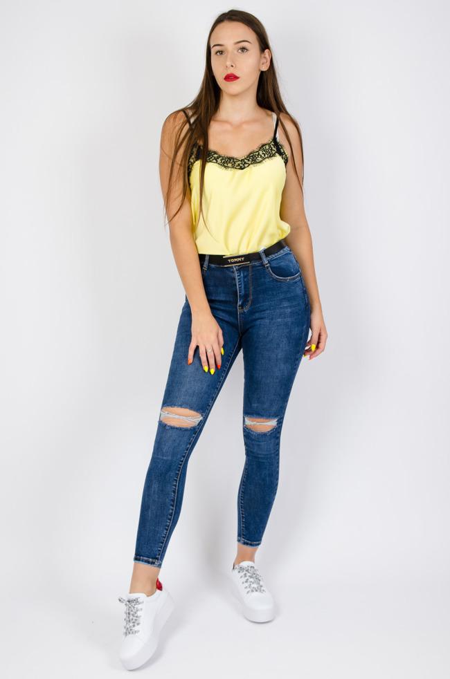 4f2e8982ac7409 Ciemne spodnie jeansowe z wysokim stanem oraz przetarciami na kolanach