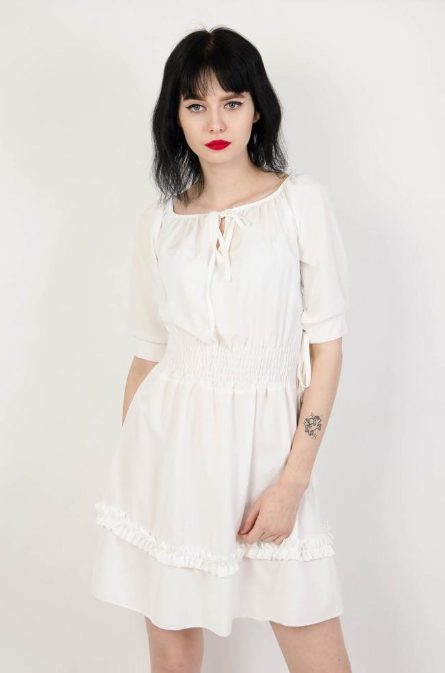 0178a50c54 Biała sukienka z gumą w pasie oraz wiązaniem w dekolcie