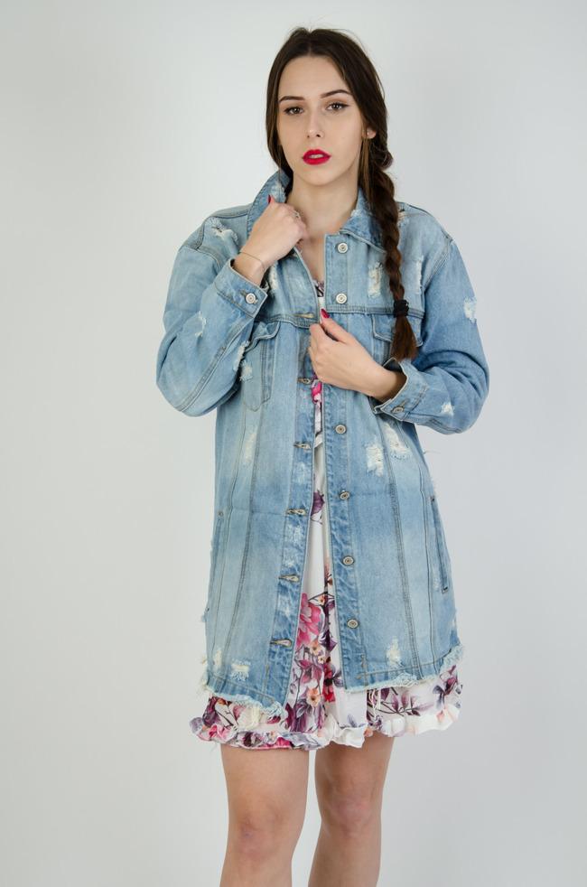 c1d429b55a778 Jasna jeansowa kurtka z szarpaniami oraz przetarciami